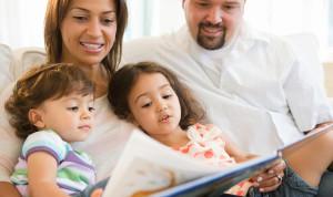 pais-lendo-com-os-filhos
