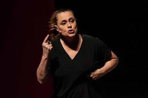Elizabeth Savala apresenta em BH o monólogo  A.M.A.D.A.S – Associação de Mulheres que Acordam Despencadas