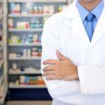 Farmacêuticos podem prescrever medicamentos e devem orientar pacientes